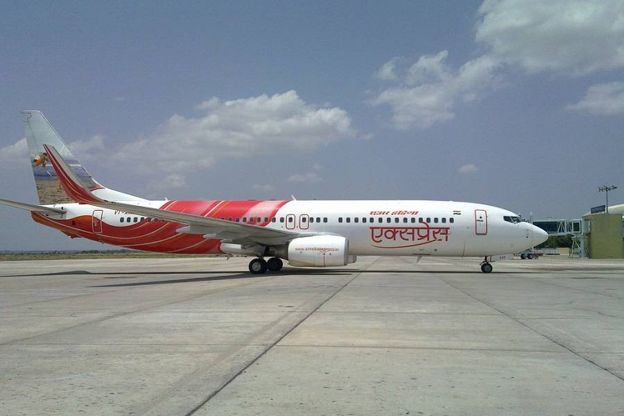INCIDENT: Air India Express 737 Hits Lighting Pole!