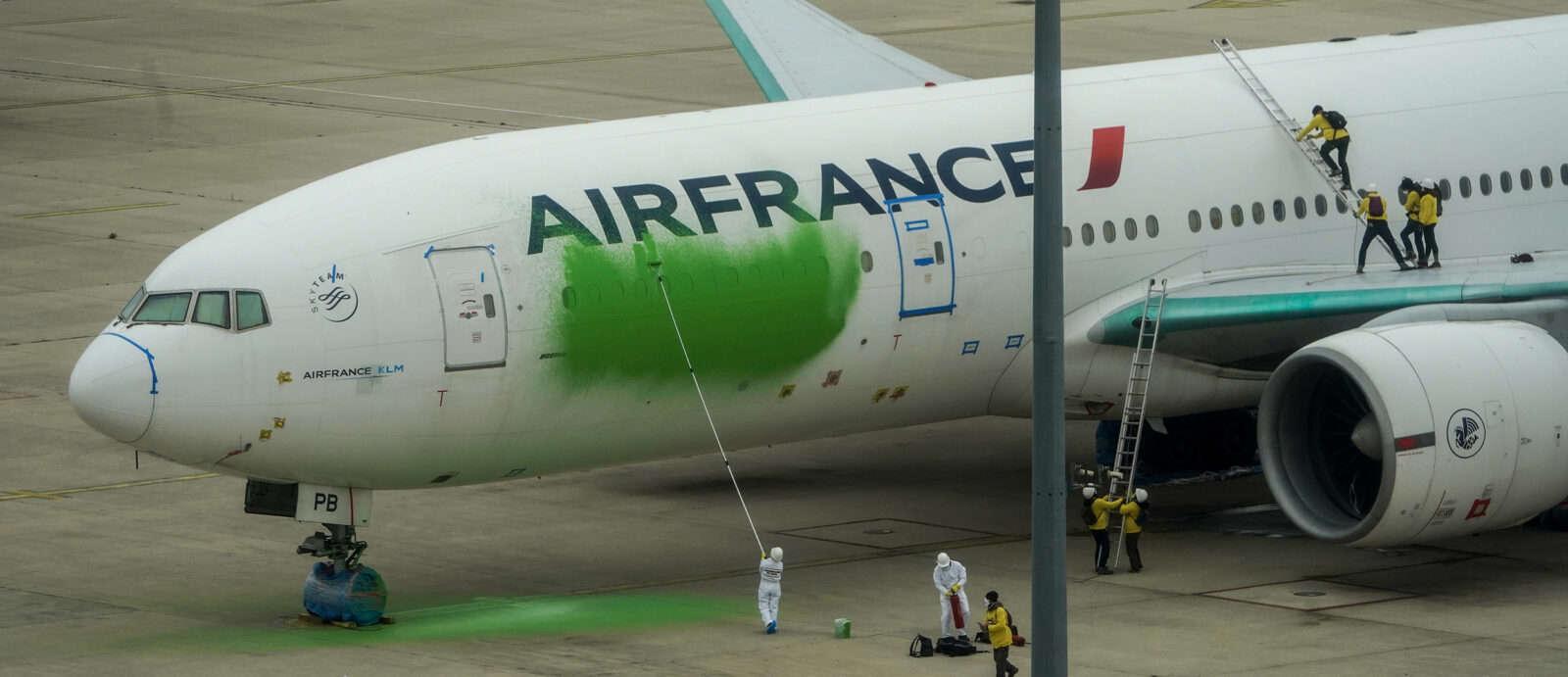 Greenpeace Vandalize Air France 777 Parked For A Year - Mentour Pilot