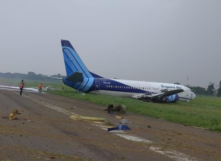 ACCIDENT: Trigana 737 Runway Excursion, Gear Collapse