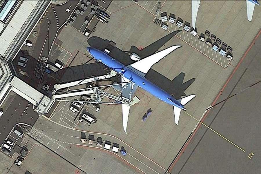 KLM Boeing 777 Crashes Into Jet Bridge During Pushback!