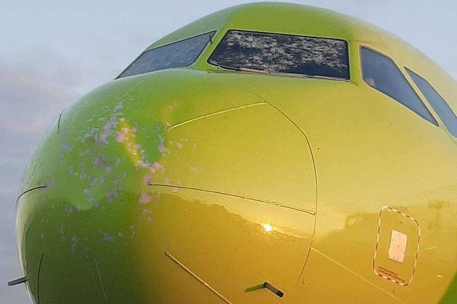 INCIDENT: Hail Damage As A320 Gets Near Thunderstorm