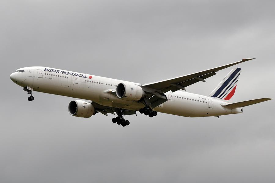 INCIDENT: Air France 777 Smoke And Dust In Cabin!