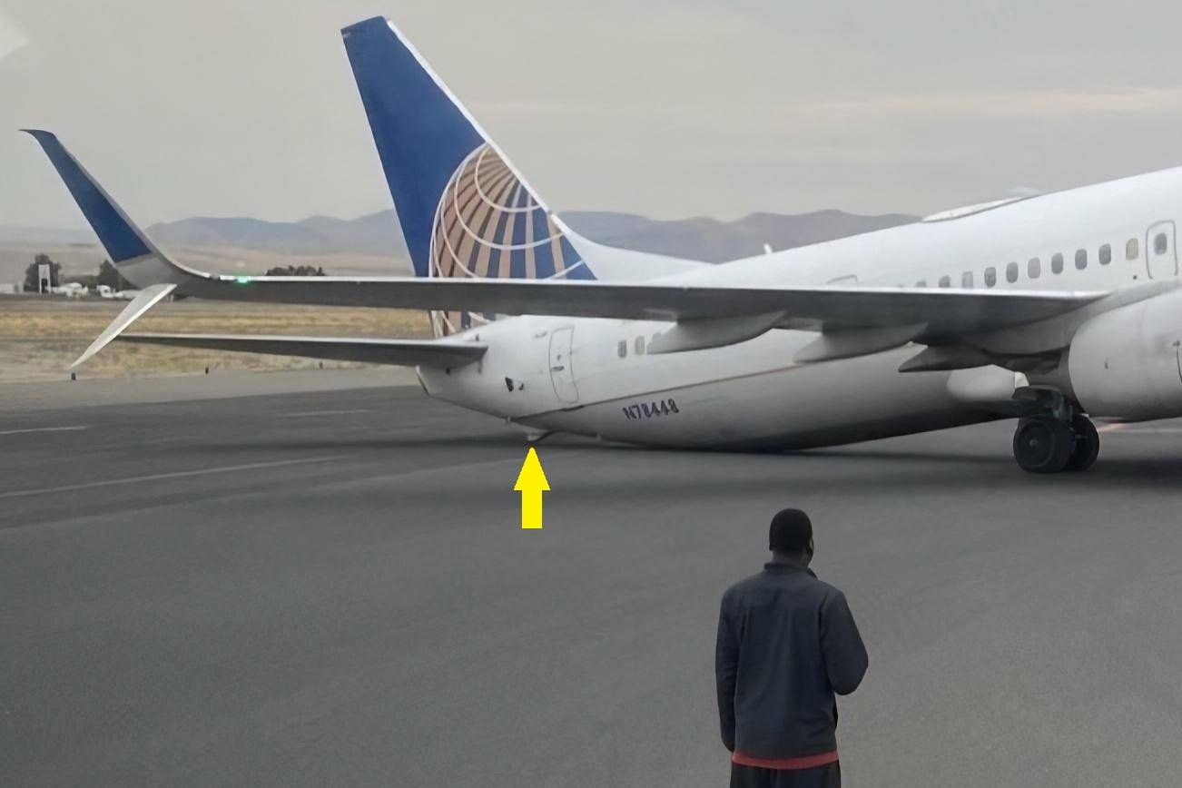 Awkward: United 737 Sits On Its Tail After Landing!